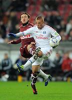 FUSSBALL   DFB POKAL   SAISON 2011/2012  ACHTELFINALE  21.12.2011 VfB Stuttgart - Hamburger SV Goekhan Toere (re, Hamburger SV)  gegen  Christian Gentner (VfB Stuttgart)