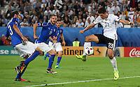 FUSSBALL EURO 2016 VIERTELFINALE IN BORDEAUX Deutschland - Italien      02.07.2016 Mario Gomez (re, Deutschland) spektakulaer gegen Giorgio Chiellini (li) und Leonardo Bonucci (Mitte, beide Italien)