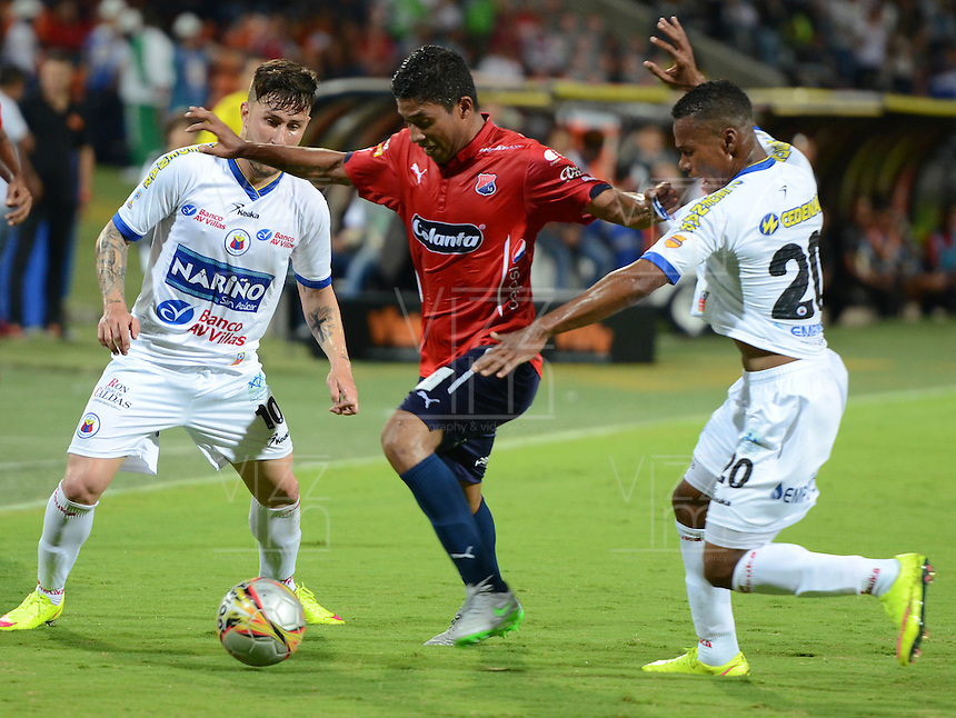 MEDELLÍN -COLOMBIA-20-08-2015. Christian Marrugo (C) jugador de Independiente Medellín disputa el balón con Jonathan Gomez (Izq) y Alex Diaz (Der) jugador de Deportivo Pasto durante partido por la fecha 7 de la Liga Águila II 2015 jugado en el estadio Atanasio Girardot de la ciudad de Medellín./ Christian Marrugo (C) player of Independiente Medellin fights for the ball with Jonathan Gomez (L) y Alex Diaz (R) player of Deportivo Pasto during the match for the 7th date of the Aguila League II 2015 at Atanasio Girardot stadium in Medellin city. Photo: VizzorImage/León Monsalve/STR