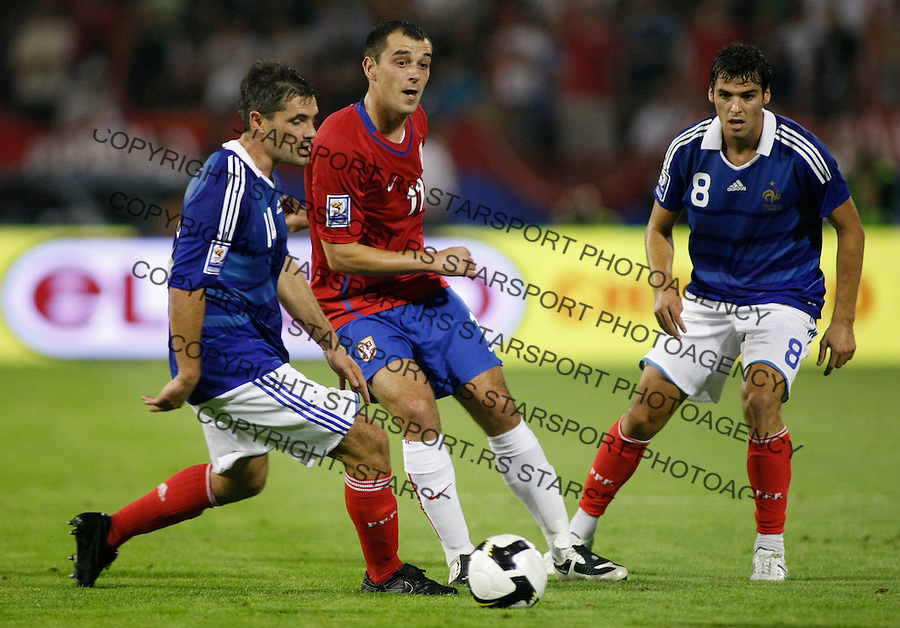 Serbia's Nenad Milijas, center, in action against France players Jeremy Toulalan, left and Yoann Gourcuff, right during their World Cup 2010 qualifying soccer match between Serbia and France, at Belgrade, Serbia, September 9, 2009..Starsportphoto/Srdjan Stevanovic©