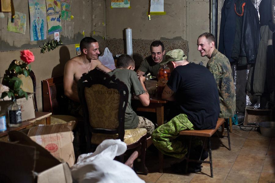 UKRAINE, Pisky: Dinner time between comrades of the unit.<br /> <br /> UKRAINE, Pisky: L'heure du d&icirc;ner entre camarades de l'unit&eacute;.