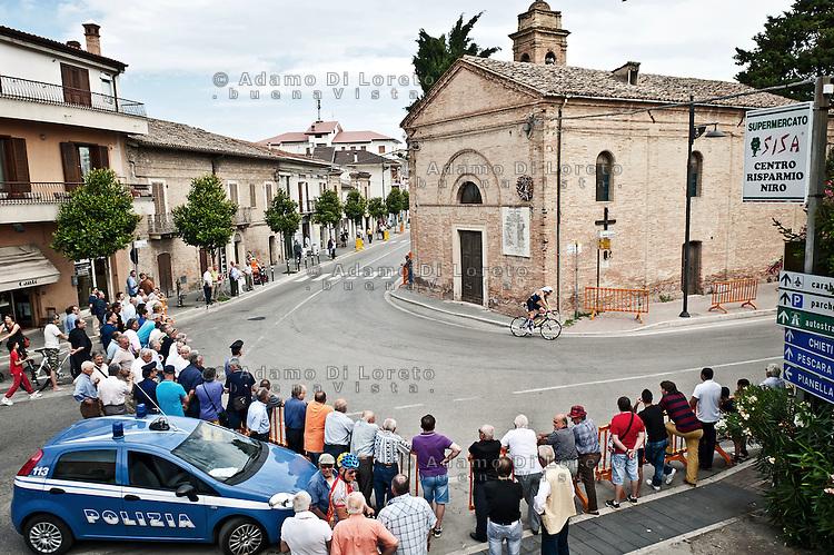 PESCARA (PE) 10/06/2012 - IRON MAN ITALY 70.3 ITALY. NELLA FOTO IL PASSAGGIO DEGLI ATLETI NEL COMUNE DI CEPAGATTI (PE) . FOTO DI LORETO ADAMO