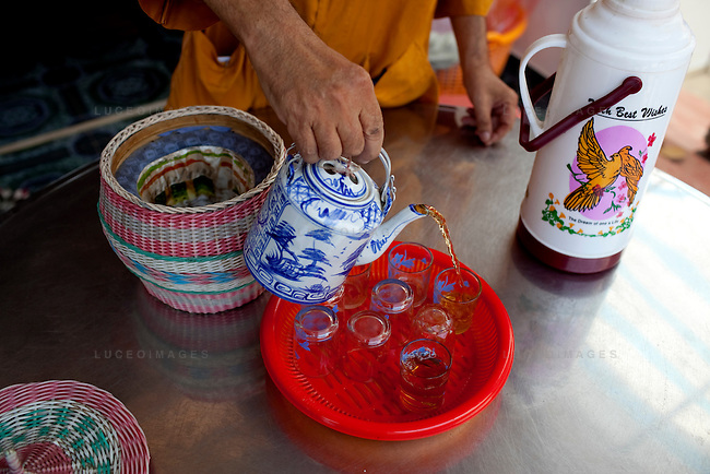 Thich Thien Tri, a monk at the Long Co Tu pagoda, pours tea made with clean water provided by the Tien Phat enterprise in the Luong Hoa Lac commune.