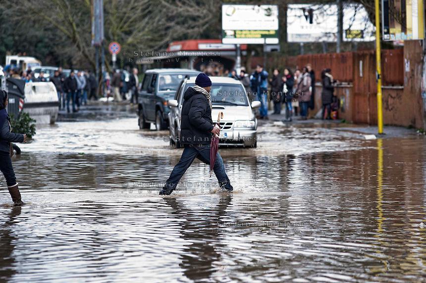 Roma 1 Febbraio 2014<br /> Un uomo cammina nell' acqua vicino alla sua casa  al quartiere Prima Porta, a Roma.<br /> Roma &egrave; stata una delle citt&agrave; pi&ugrave; colpite da un'ondata di pioggia torrenziale che ha provocato numerosi allagamenti in vari quartieri della citt&agrave;.<br /> Rome February 1, 2014 <br /> A man walks in the water near his home i the neighborhood Prima Porta,to  Rome. <br /> Rome has been one of the cities worst hit by a wave of torrential rain, that caused flooding in several different neighborhoods of the city.