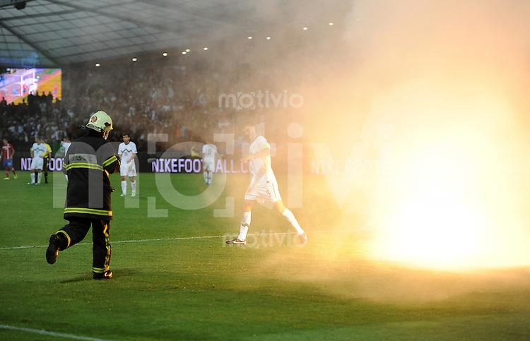 FUSSBALL INTERNATIONAL  Qualifikation Euro 2012  11.10.2011 Slowenien - Serbien Fans werfen eine brennende Rauchbombe auf das Spielfeld