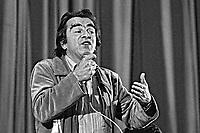 Darcy Ribeiro em ato publico contra o Projeto de Emancipaçao do Indio, teatro Tuca. Sao Paulo. 1978. Foto de Juca Martins.