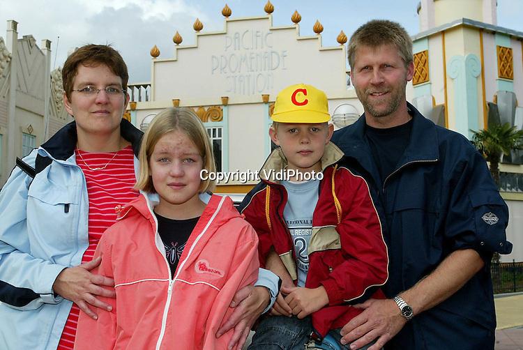 Foto: VidiPhoto..BIDDINGHUIZEN - De Nationale Raad Zwemdiploma's heeft zaterdag op Fix Flags in Biddinghuizen de 500.000e ABC-diploma uitgereikt sinds de start van de nieuwe wijze van examineren in 1998. Via dit Amerikaanse systeem worden kinderen gestimuleerd ook hun C-diploma te halen. Voor de uitreiking waren 60 kinderen met hun familie uitgenodigd, waarbij twaalf kinderen uit evenzoveel provincies werden genomineerd. Uiteindelijk mocht Laura Helmus uit Groote Gast in Groningen het officiele 500.000exemplaar in ontvangst nemen. Foto: De eigenlijke winnaar Wout Schoemaker uit Winschoten in Groningen stond in de file en kwam vijf minuten te laat. Groot verdriet bij de familie.