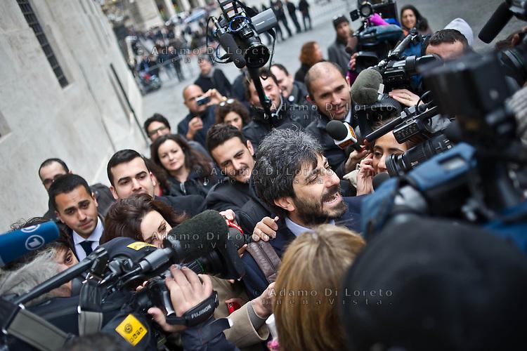 ROMA 15/03/2012: Inizia la XVII Legislatura della Repubblica Italiana. L'ingresso degli Onorevoli a Montecitorio. Nella foto Roberto Fico M5S assediato dai giornalisti  FOTO DI LORETO ADAMO