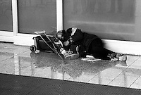 Senza fissa invalido dimora dorme per la strada, zona Stazione Termini.Homeles  disabled, sleeps on the street, Termini Station Area