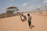 Kenya - Dadaab - Somali refugees who have just arrived at Dadaab refugee camp leave the registration UNHCR office and go look for a plcae where they can place their tent.
