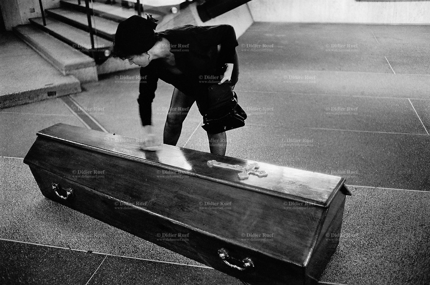 """Switzerland. Geneva. Open air theatre performance. Festival """"Bois de la Batie"""". French group """" Cacahuete"""". A widow, dressed in black clothes, is cleaning a coffin with a handkerchief. © 1994 Didier Ruef"""