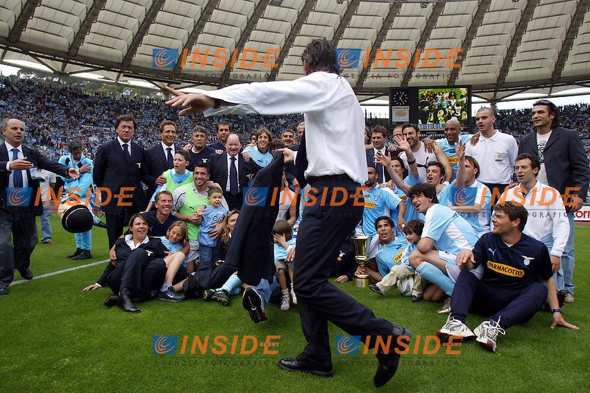 Roberto Mancini e la squadra della Lazio festeggiano a fine partita<br /> Lazio Modena<br /> Calcio 2003/2004<br /> Foto Andrea Staccioli Insidefoto