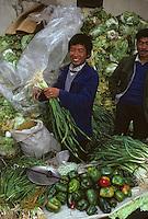 Asie/Chine/Jiangsu/Env Nankin&nbsp;: March&eacute; libre de la rue Shan-Xi - Marchand ambulant de choux chinois, poivrons et oignons frais<br /> PHOTO D'ARCHIVES // ARCHIVAL IMAGES<br /> CHINE 1990