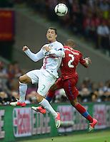 FUSSBALL  EUROPAMEISTERSCHAFT 2012   VIERTELFINALE Tschechien - Portugal              21.06.2012 Cristiano Ronaldo (li, Portugal) gegen Theodor Gebre Selassie (re, Tschechische Republik)
