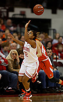 Ohio State Buckeyes guard Maleeka Kynard (12) keeps her eye on  a loose ball during the second half against <br />