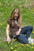 Kinder, Mädchen ernten, sammeln Kräuter im Frühjahr für Kräutersuppe und Wildgemüse - Salat, Wildkräuter, Ernte, Kräutersammeln, essbare Wildkräuter, Wiesen-Schaumkraut, Cardamine pratensis