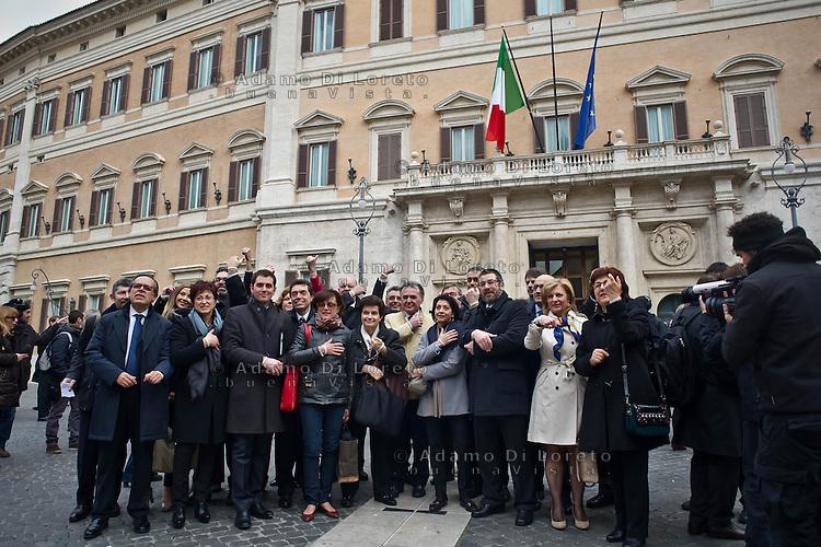 ROMA 15/03/2012: Inizia la XVII Legislatura della Repubblica Italiana. L'ingresso degli Onorevoli a Montecitorio. Nella foto gruppo parlamentare a sostegno dell'associazione #100giorni  FOTO DI LORETO ADAMO