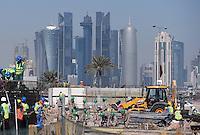 Fussball International FIFA WM 2022 in Katar 21.12.2014 Eine Baustelle vor der Skyline in Doha im Vorfeld der WM 2022