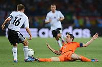 FUSSBALL  EUROPAMEISTERSCHAFT 2012   VORRUNDE Niederlande - Deutschland       13.06.2012 Philipp Lahm (li, Deutschland) gegen Mark van Bommel (re, Niederlande)