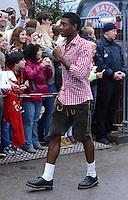 FUSSBALL   1. BUNDESLIGA   SAISON 2012/2013    Die Mannschaft des FC Bayern Muenchen besucht das Oktoberfest am 07.10.2012 David Alaba