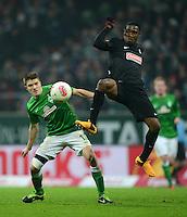 FUSSBALL   1. BUNDESLIGA   SAISON 2012/2013    22. SPIELTAG SV Werder Bremen - SC Freiburg                                16.02.2013 Aleksandar Ignjovski (li, SV Werder Bremen) gegen Cedric Makiadi (re, SC Freiburg)