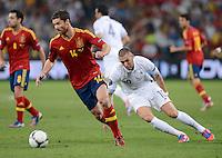 FUSSBALL  EUROPAMEISTERSCHAFT 2012   VIERTELFINALE Spanien - Frankreich      23.06.2012 Xabi Alonso (li, Spanien) gegen Karim Benzema (re, Frankreich)