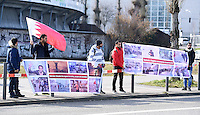 Fussball International Ausserordentlicher FIFA Kongress 2016 im Hallenstadion in Zuerich 26.02.2016 Protest vor dem Hallenstadion; Eine Gruppe junger Maenner aus Bahrain protestiert mit Bannern gegen FIFA Praesidenten Kandidat und AFC Presedent Scheich Salman Bin Ibrahim al Khalifa (Bahrain) welcher 2011 in die Niederschlagung der Aufstaende in Bahrain verwickelt sein soll.