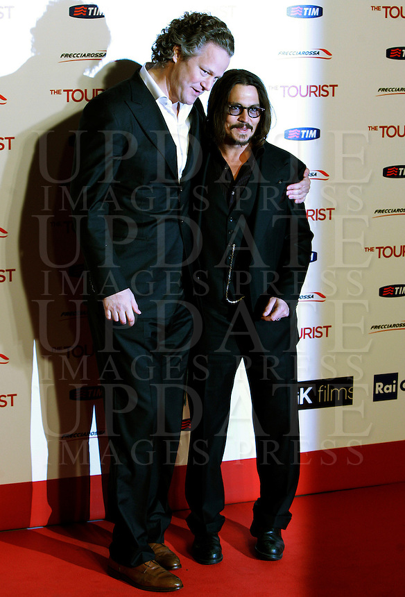 "Il regista tedesco Florian Henckel von Donnersmarck, posa sul red carpet con l'attore statunitense Johnny Depp, a destra, per l'anteprima del suo film ""The Tourist"" a Roma, 15 dicembre 2010..German director Florian Henckel von Donnersmarck poses on the red carpet with U.S. actor Johnny Depp, right, at the premiere of the movie ""The Tourist"" in Rome, 15 december 2010..© UPDATE IMAGES PRESS/Riccardo De Luca"