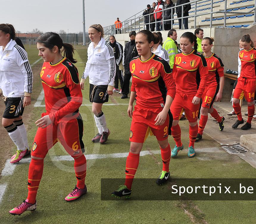 Belgie U17 - Duitsland U17 : Noemie Gelders (links) en Amber Maximus (9).foto DAVID CATRY / Vrouwenteam.be