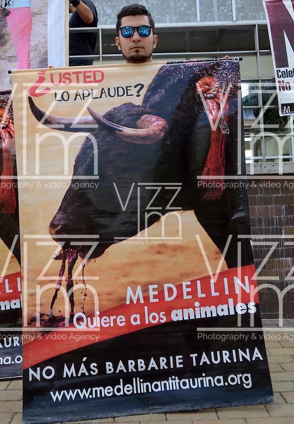 MEDELLÍN - COLOMBIA, 14-02-2016: Cientos de personas acudieron a la marcha Antitaurina convocada en el Parque de la Vida; protestaron con pancartas / Hundreds of people attended the march organized Antitaurina in the Park of Life; They protested with banners  Photo: VizzorImage/ León Monsalve /STR