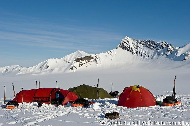 Teltleir på Wahlenbergbreen, Svalbard. ---- Camp on the glacier Wahlenbergbreen, Svalbard.