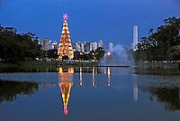Árvore de natal no Parque do Ibirapuera. São Paulo. 2007. Foto de Juca Martins.