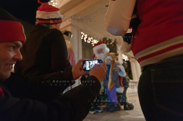 BROOKLYN, NY 22/12/2012 - LE DECORAZIONI NATALIZIE  DEL QUARTIERE DI DYKER HEIGHTS, TRA  LA 11th Av ALLA 13th Av E DAL 83Th A 86th STREET E' LA VERA ATTRAZIONE DELLA MAGIA DI NATALE PER I NEWYORKESI. QUI DIFFICILMENTE I TURISTI DI MANHATTAN RIESCONO AD ARRIVARE PER AMMIRARE LE STUPENDE CASETTE DECORATE A FESTA..FOTO DI LORETO ADAMO