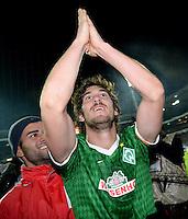 FUSSBALL   1. BUNDESLIGA   SAISON 2013/2014   11. SPIELTAG SV Werder Bremen - Hannover 96                         03.11.2013 Santiago Garcia (SV Werder Bremen) bejubelt seinen Treffer zum 3:1 bei den Fans in der Ostkurve