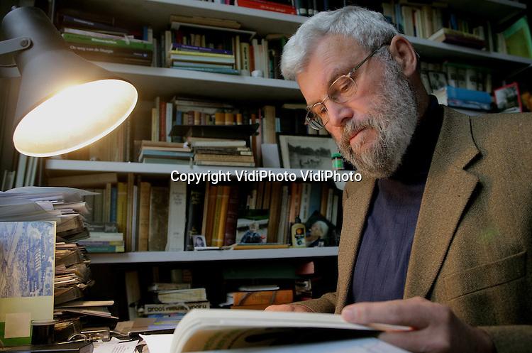 Foto: VidiPhoto..VELP - Drs. J. van der Wal uit Velp promoveert vrijdag op de houding van de Nederlandse Hervormde Kerk t.a.v. Nieuw-Guinea.