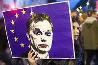 UNGARN, 12.04.2017, Budapest - VI. Bezirk. Proteste gegen das Gesetzesvorhaben der Fidesz-Regierung, Nichtregierungsorganisationen nach russischem Vorbild als &quot;auslaendische Agenten&quot; zu diskreditieren, wenn sie Foerderung aus dem Ausland erhalten, z.B. von der EU: Die grosse Kreuzung am Oktogon wird die ganze Nacht blockiert. Orban geschminkt. | Protests against the Fidesz government's Russian-inspired draft law to discredit NGOs as &quot;foreign agents&quot; when they  reiceive funding from abroad, e.g. from the EU: The large crossing at Octogon is blocked for the whole night. Orban as beauty queen.<br /> &copy; Martin Fejer/EST&amp;OST