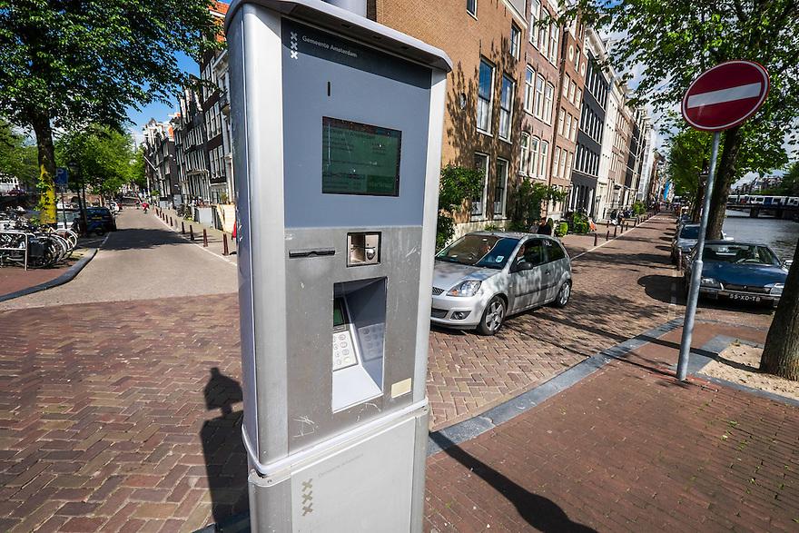 Nederland, Amsterdam, 30 mei 2015<br /> Parkeermeter aan amsterdamse gracht <br /> Foto: Michiel Wijnbergh