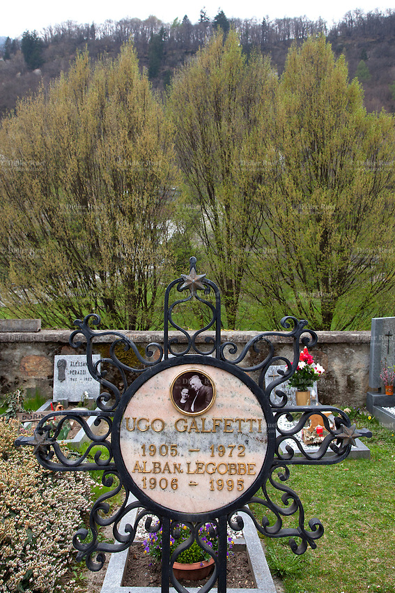 Switzerland. Canton Ticino. Blenio valley. Ludiano. Graveyard. The graves of Ugo Galfetti and his wife Alba N. Legobbe who are the grandparents of the french politician Manuel Valls. Ludiano is part of the municipality Serravalle. 3.04.2014 © 2014 Didier Ruef