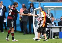 FUSSBALL WM 2014  VORRUNDE    GRUPPE G USA - Deutschland                  26.06.2014 Thomas Mueller (li, Deutschland) begruesst einen Flitzer mit Handschlag und bittet ihn sodann vom Platz