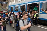 Flüchtlinge besteigen den Zug richtung Westen im budapester Ostbahnhof