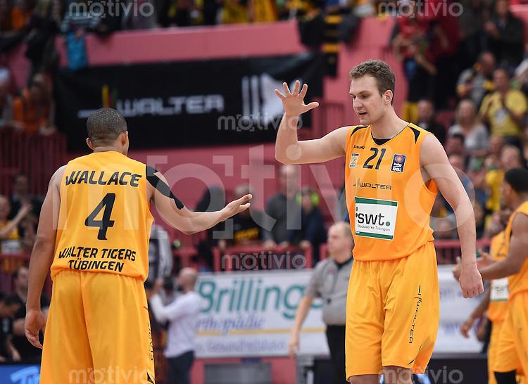 BEKO Basketball 1. Bundesliga 2014/2015  8. Spieltag Walter Tigers Tuebingen - ratiopharm Ulm        09.11.2014 JUBEL Tigers; Anatoly Kashirov (re) klatscht Jonathan Wallace ab