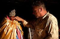 Francia, Camargue, Saintes Maries de la mer: la festa gitana in onore di Santa Sara la Nera, che si tiene ogni anno il 24 e 25 maggio. Il rituale prevede il trasporto della statua della santa dal mare alla terraferma e poi festeggiamenti con canti e balli. Nell'immagine: un uomo accarezza la guancia della statua di Santa Sara la nera.<br /> Feast of the Gypsies, May 25 veneration of Saint Sarah the black Saintes Maries de la Mer, Camargue,