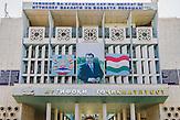 """Personenkult um den tadschikischen Präsidenten Emomali Rahmon in der Hauptstadt Duschanbe. Rahmon hat 2015 unter Terrorismusvorwand die islamische Opposition ausgeschaltet und sich zum """"Führer der Nation"""" erklärt./ IS Kämpfer in Zentralasien"""