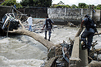 Federal Police go in search of reported looters in the Miguel de la Madrid neighbourhood which was destroyed by huricane Stan. Tapachula, Chiapas,