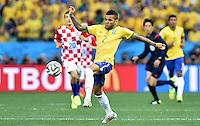 FUSSBALL WM 2014  VORRUNDE    Gruppe A    12.06.2014 Brasilien - Kroatien Daniel Alves (Brasilien) am Ball