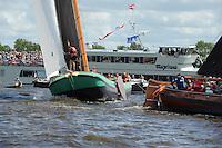 SKÛTSJESILEN: GROU: 18-07-2015, SKS kampioenschap 2015, Skûtsje van Grou wint de openingswedstrijd, rondvaartboot Marprinses, ©foto Martin de Jong