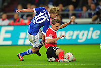 FUSSBALL   1. BUNDESLIGA   SAISON 2012/2013   5. SPIELTAG FC Schalke 04 - FSV Mainz 05                               25.09.2012        Lewis Holtby (li, FC Schalke 04)  gegen Niko Bungert (re, Mainz)