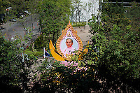 Thailand, Bangkok, December 20, 2009..Photographs and other images of the King are everywhere in Thailand, as here in front of a building in Bangkok...Afbeeldingen van Koning Bumibol vind je overal in Bangkok...Photo Kees Metselaar