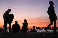 Nederland, Rotterdam, 31 okt  2015<br /> Op de Kop van Zuid kan je mooi van de zonsondergang genieten. Het is er gezellig druk met mensen die van de mooie kleuren genieten en en er wordt veel met smartphones gefotografeerd. <br /> <br /> Foto: (c) Michiel Wijnbergh