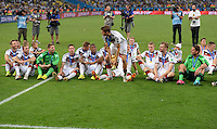 FUSSBALL WM 2014                       FINALE   Deutschland - Argentinien     13.07.2014 DEUTSCHLAND FEIERT DEN WM TITEL: Thomas Mueller (Mitte) stemmt den Pokal